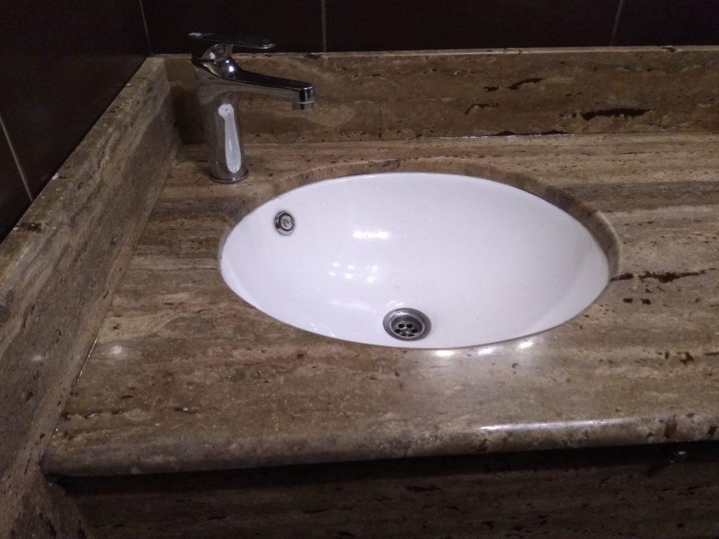Blat baie travertin Noce cu chiuveta incorporata.