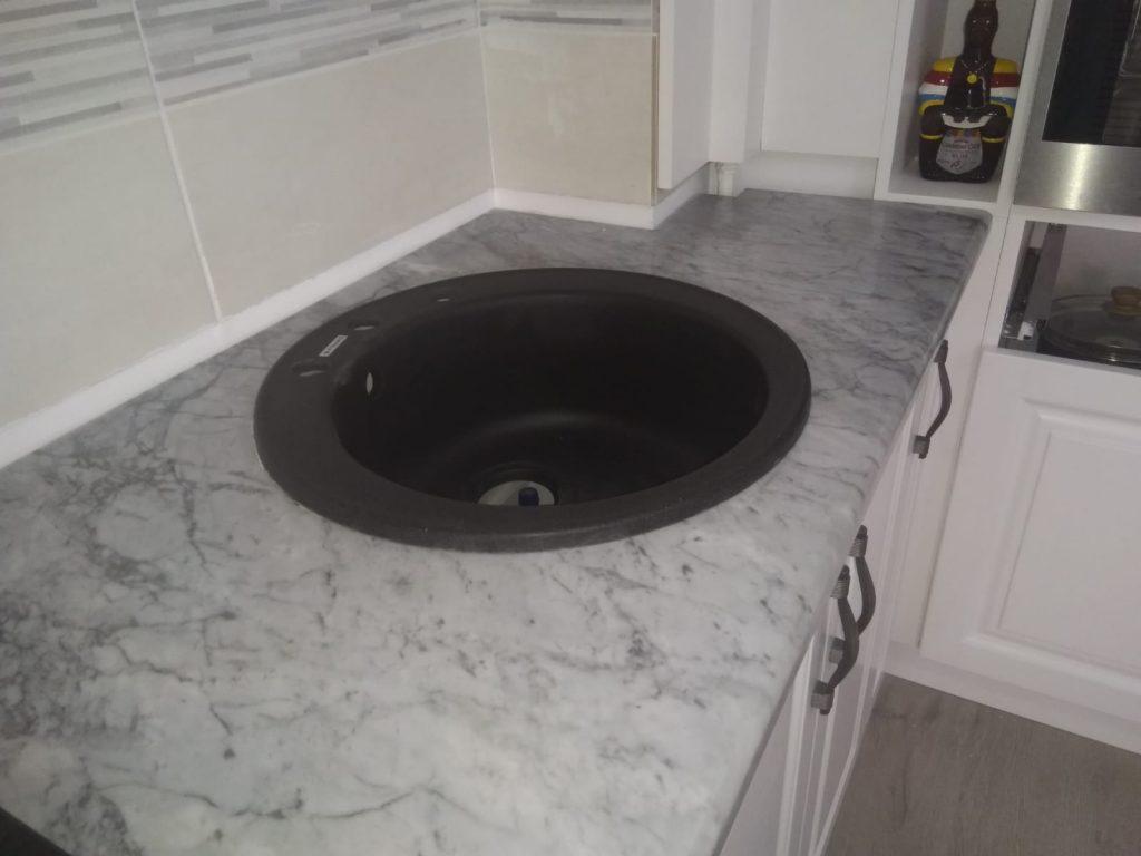 blat bucatarie marmura-Carrara chiuveta incorporata