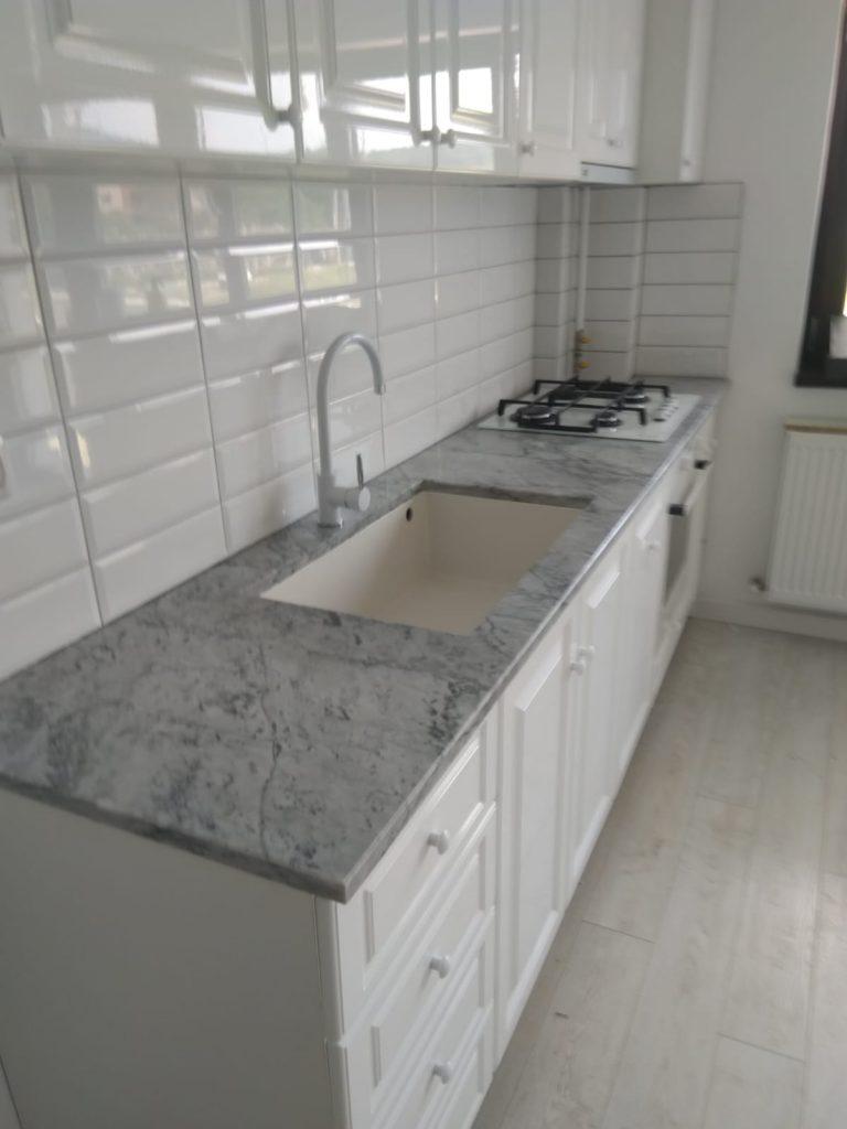 blat bucatarie marmura Carrara chiuveta si aragaz
