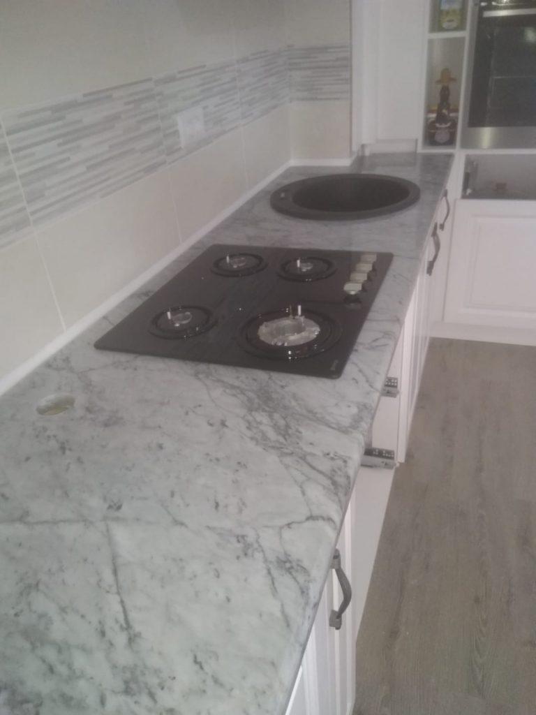blat bucatarie marmura Carrara cu plita si chiuveta