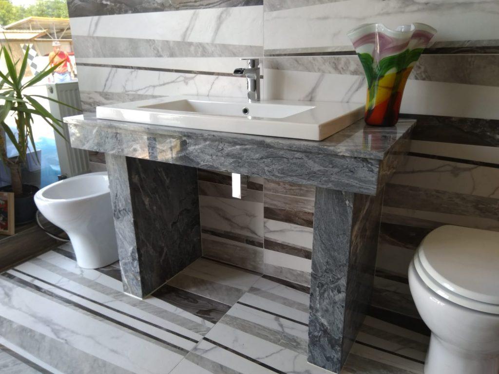 mobilier baie din marmura